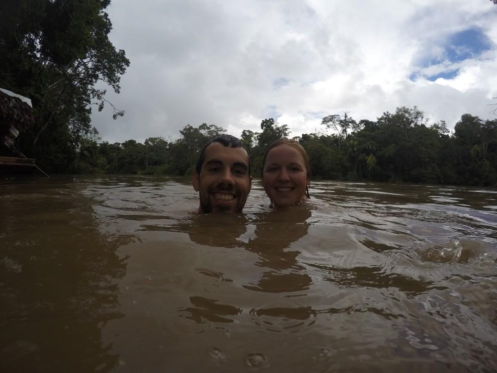 Amazonas Regenwald Peru Südamerika Natur Tiere Wildleben Schwimmen Fluss
