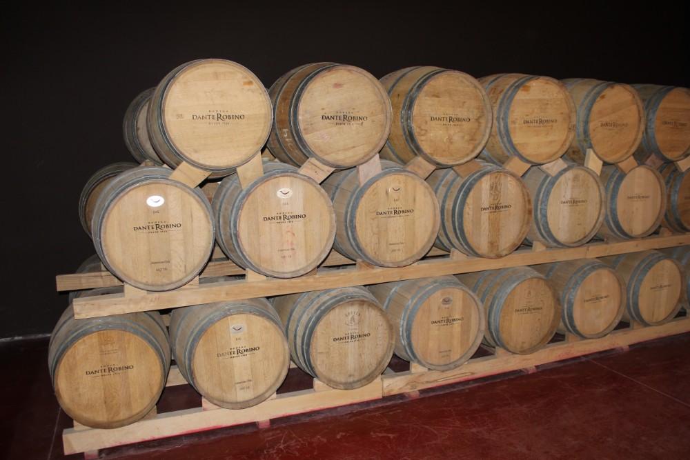 Gestapelte-Weinfaesser