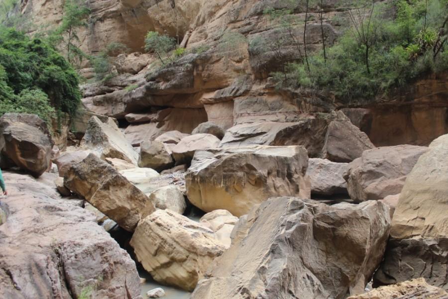 Torotoro Nationalpark Bolivien Südamerika Canyon Fluss Steine Mächtig