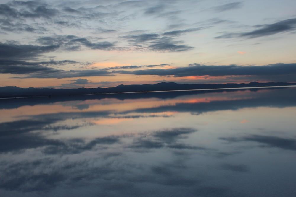 Sonnenaufgang Sonne Wolken Wasser Spiegel Spiegelung Mirror Salzwüste Uyuni Salz Bolivien Südamerika