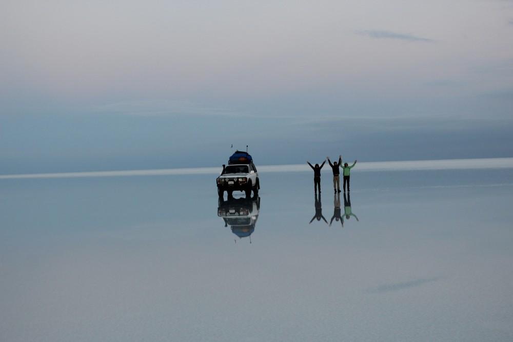 Wasser Spiegel Spiegelung Mirror Salzwüste Uyuni Salz Bolivien Südamerika Jeep