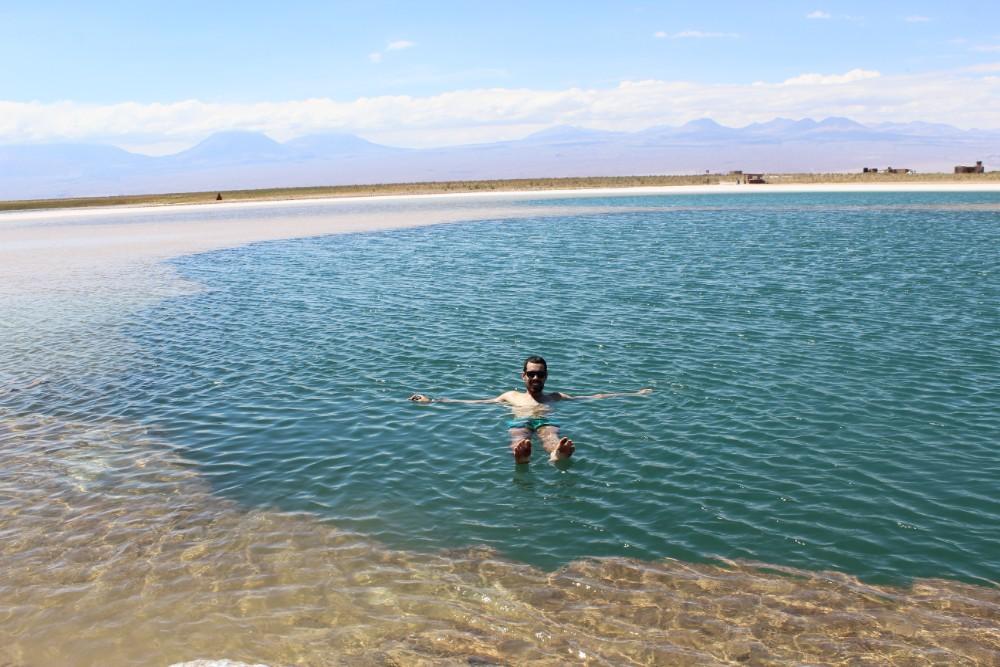 Laguna Cejar Salzlagune Salzsee Treiben lassen schwimmen Sonnenschein Blauer Himmel Wüste San Pedro de Atacame Chile Südamerika