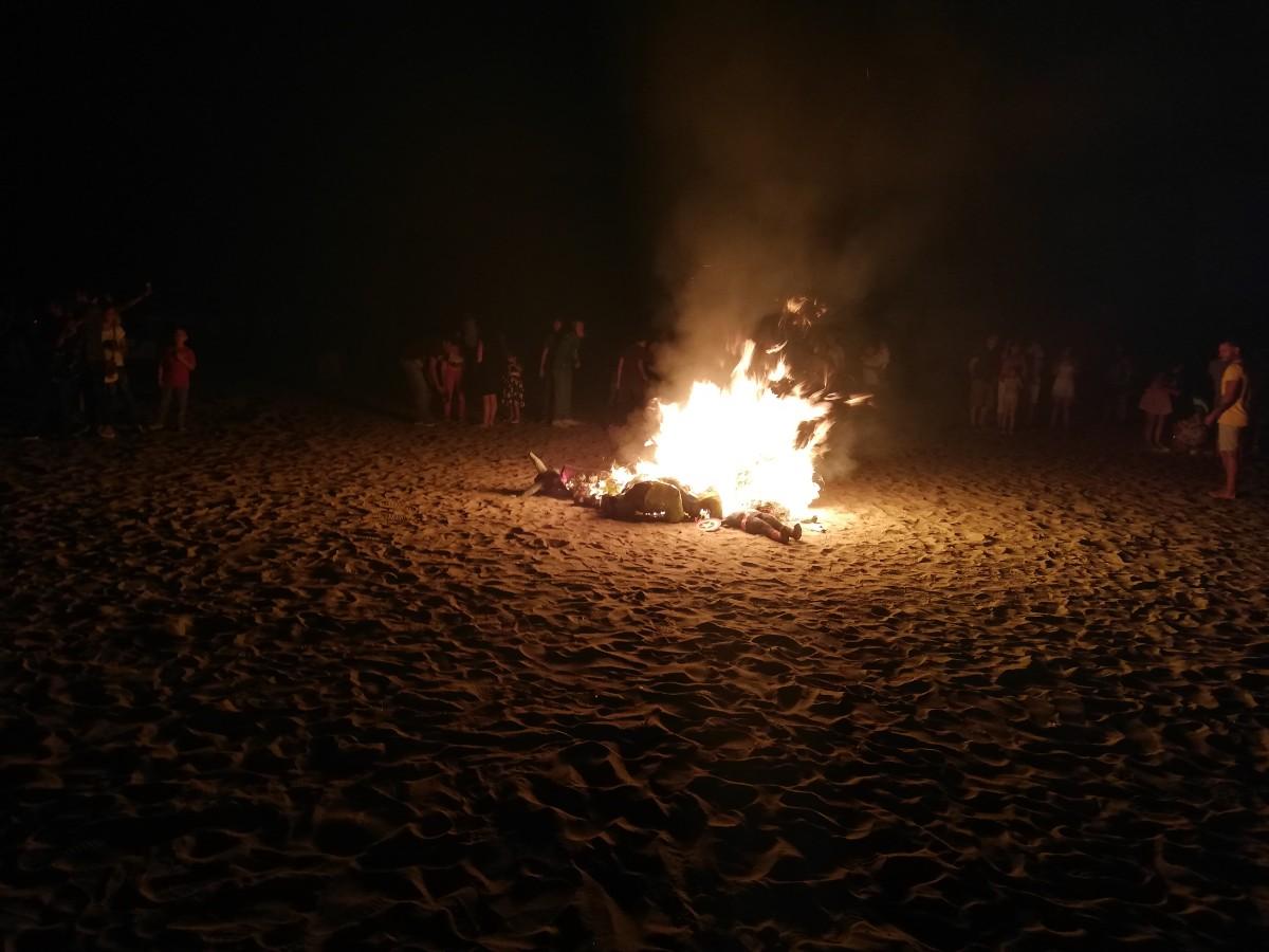 Silvester Puppen Tradition Neujahr Verbrennung Feuer Lagerfeuer