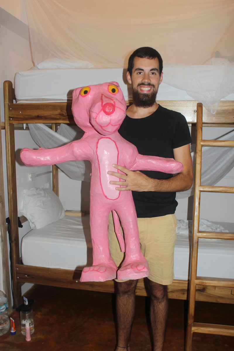 Silvester Tradition Feuer Neujahr Ecuador Strand Canoa Pink Panther