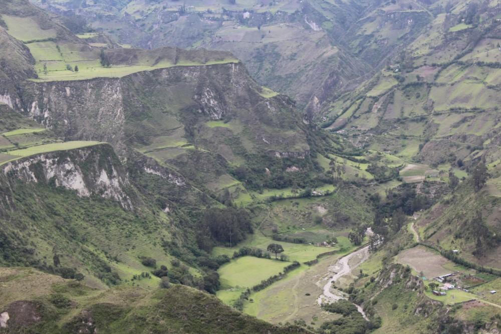 Quilotoa Loop Wandern Berge Natur Canyon Ecuador Südamerika Felder Terassentechnik
