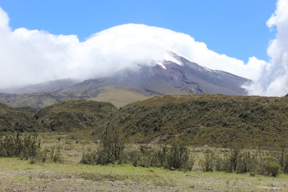 Wandern Cotopaxi Vulkan Ecuador Nebel  Wolken Sonnenschein Natur
