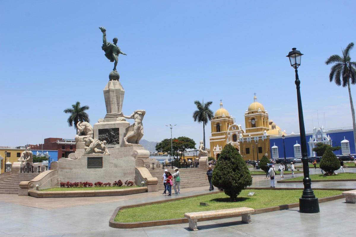 Trujillo Großstadt Hauptplatz Plaza de Armas Grünflächen Kirche