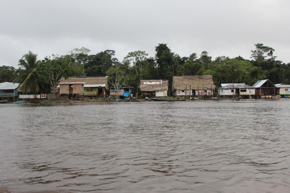 Dorf Amazonas Regenwald Fluss abgeschnitten Nirgendwo Bootsfahrt
