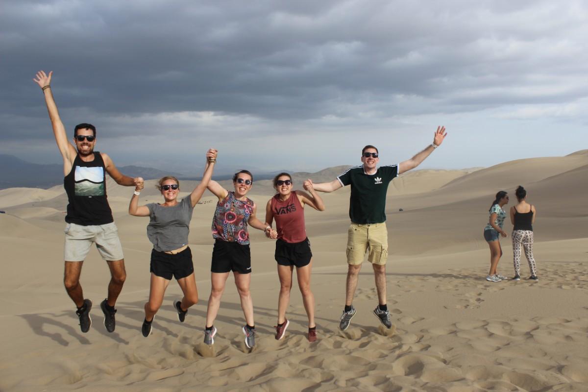 Huaccachina Ica Peru Südamerika Wüste Sand  Aussicht Reisegruppe