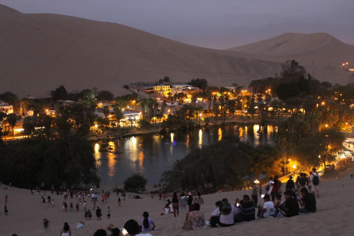 Huaccachina Ica Peru Südamerika Wüste Sand  Aussicht Oase Stadt