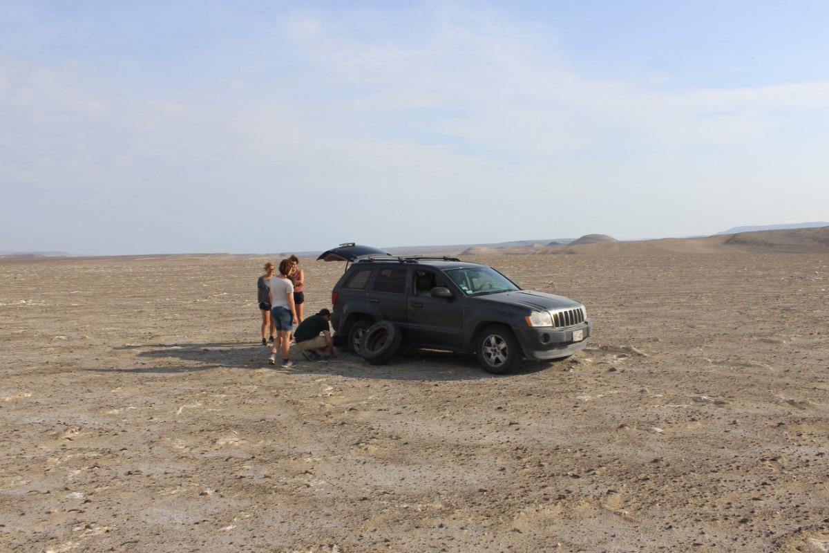 Huaccachina Ica Peru Südamerika Wüste Auto Platten Reifen Wechsel
