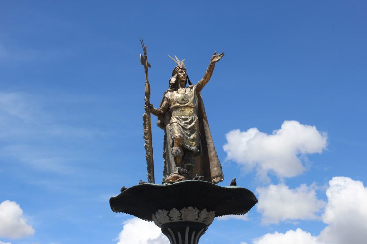 Cusco Peru Südamerika Stadt der Könige Statue Inkakönig Brunnen
