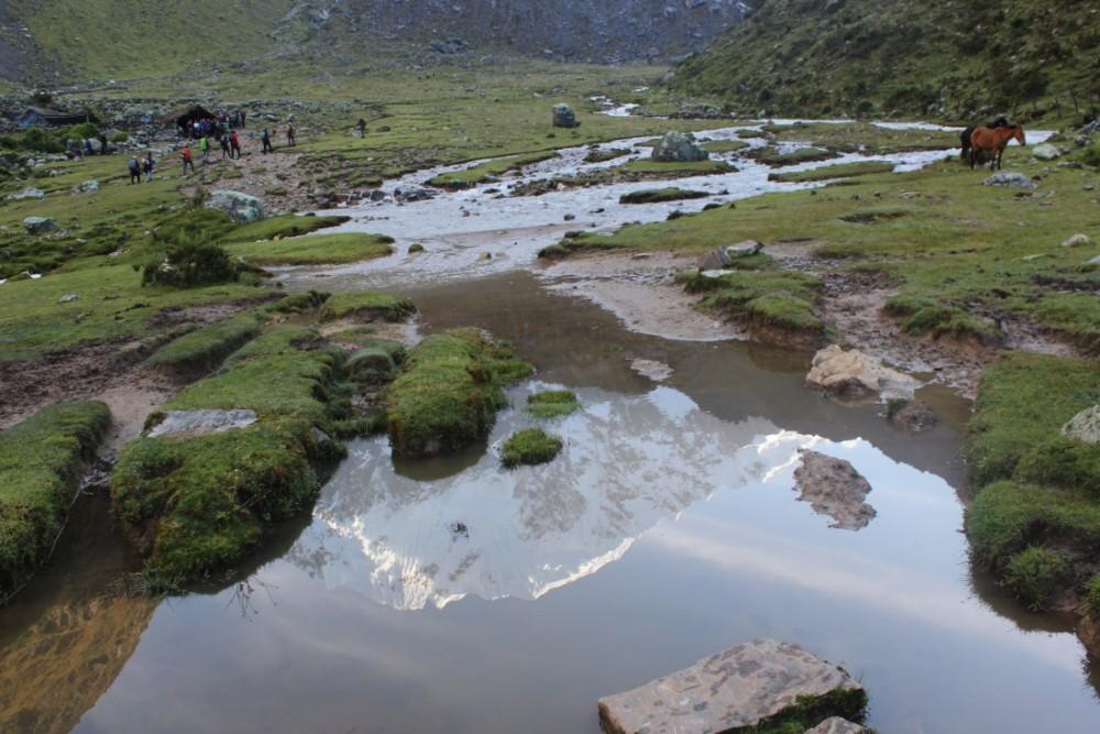 Salkantay Trek Wandern Peru Südamerika Machu Picchu Natur Salkantay Mountain Eis Schnee Fels Spiegelung Wasser