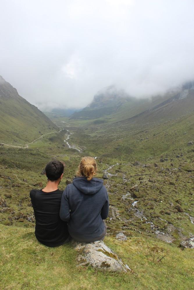 Salkantay Trek Wandern Peru Südamerika Machu Picchu Natur Aussicht Grün Tal Nebel Wolken