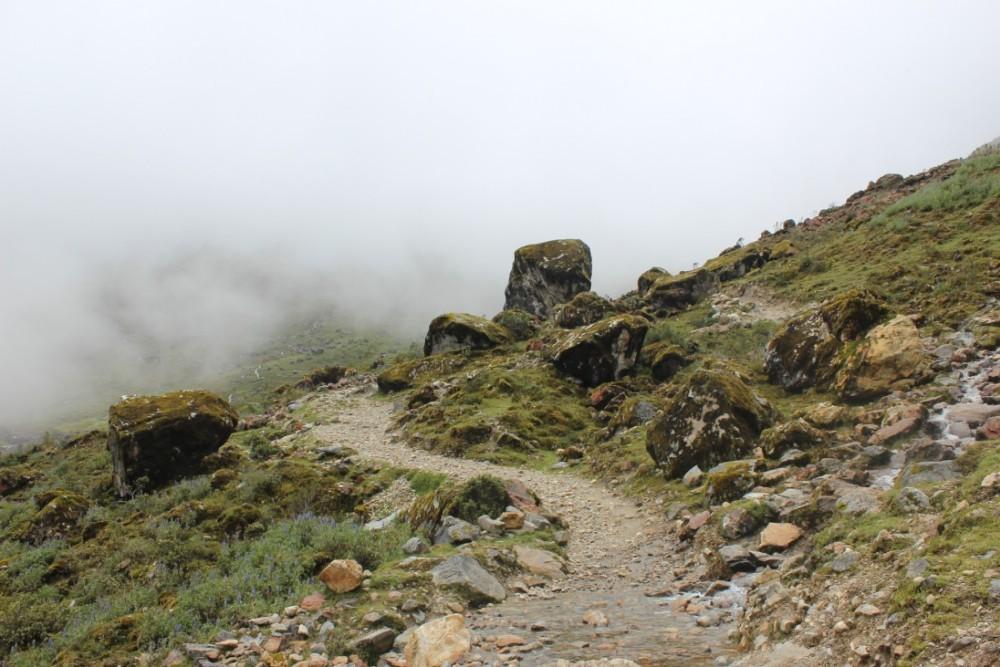 Salkantay Trek Wandern Peru Südamerika Machu Picchu Natur Felsen Nebel Mystisch Wanderweg