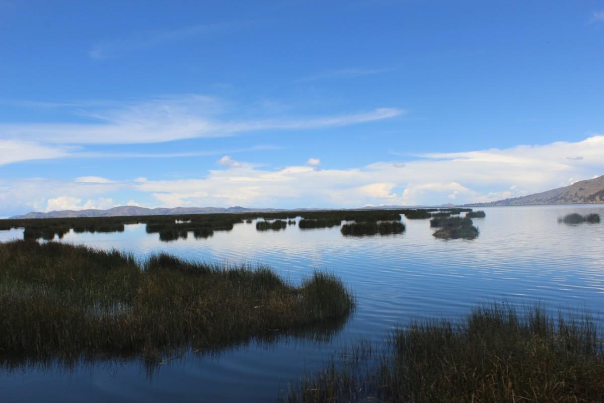 Puno Titicacasee Peru Südamerika Schilfinseln Bootsfahrt Sonnenschein Wasser