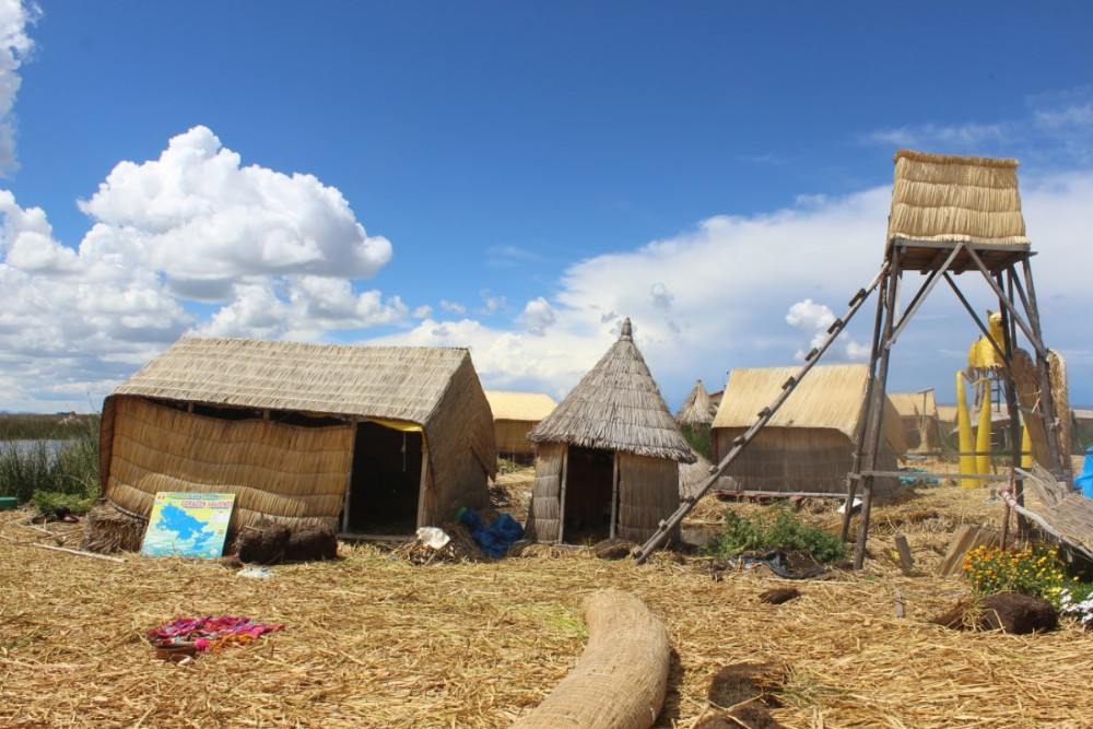 Puno Titicacasee Peru Südamerika Schilfinseln Alltag Häuser Dorf Gemeinschaft