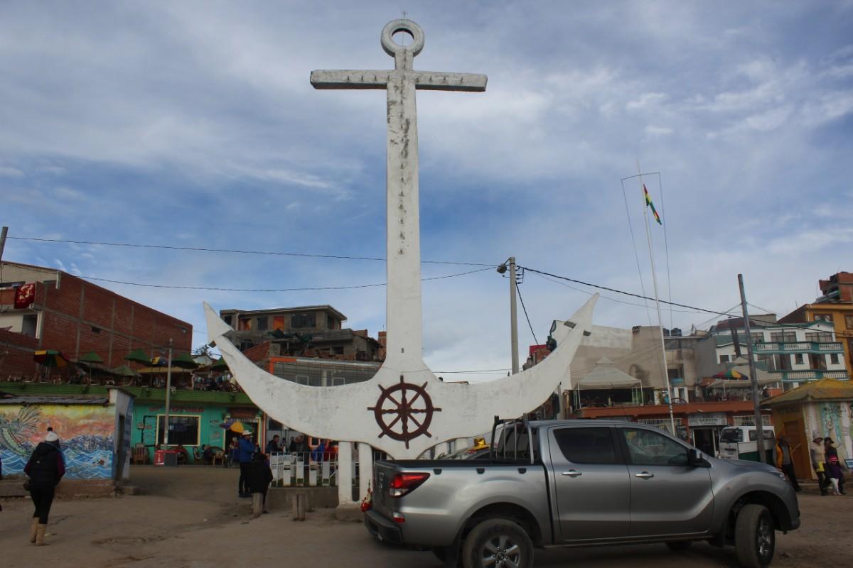 Bolivien Copacabana Südamerika  Stadt Sehenswürdigkeit Statue Seefahrer FIscher