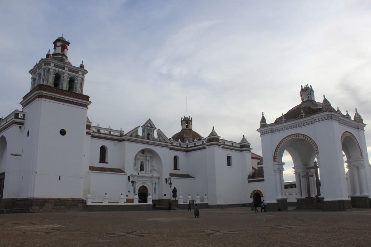 Bolivien Copacabana Südamerika  Stadt Sehenswürdigkeit Kirche Kathedrale Weiß Groß Beeindruckend