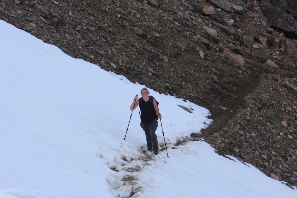Julia-geht-durch-den-schnee