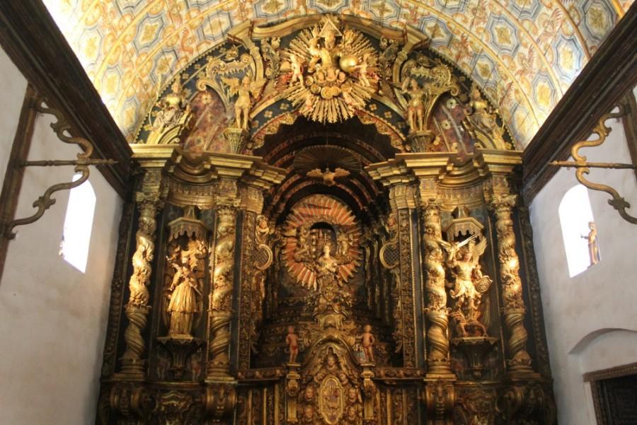der-altarraum-in-der-kirche