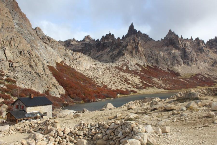 der-bergsee-mit-bauemen-und-bergen