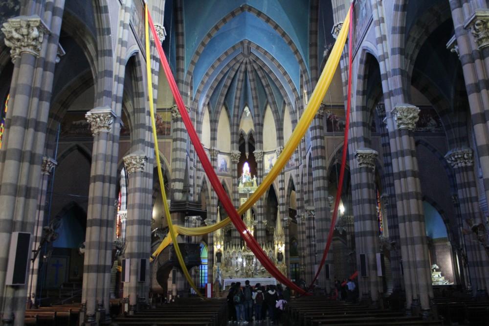 geschmueckter-innenraum-einer-kirche