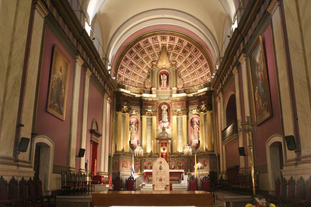 innenraum-einer-kirche