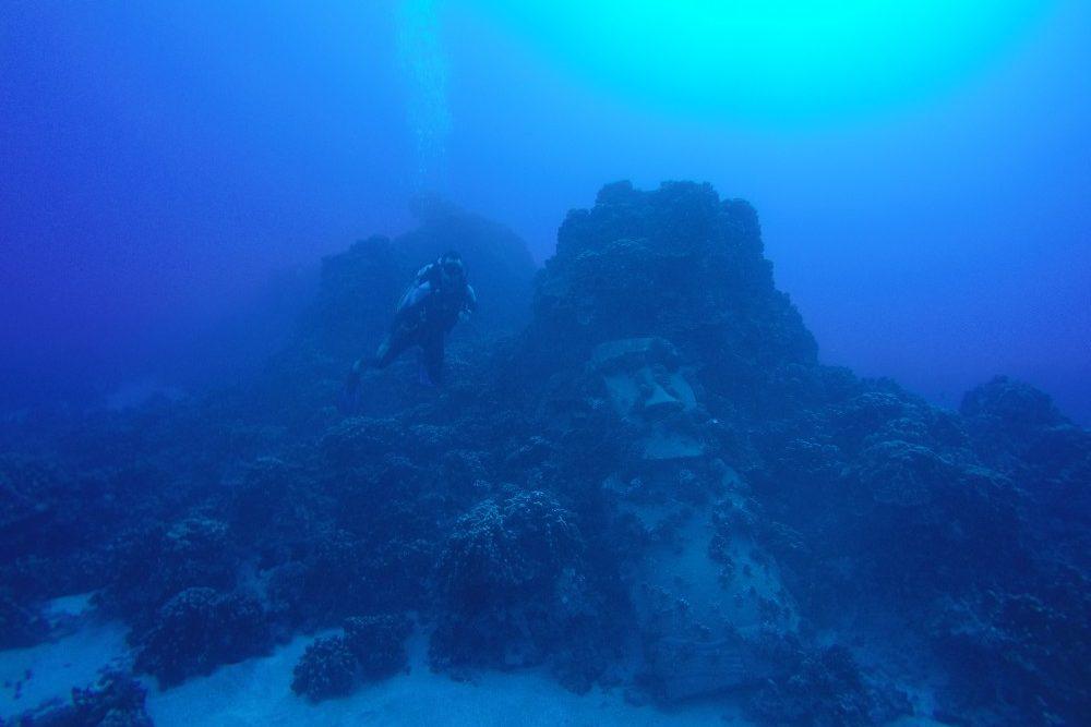 jakob-neben-eienm-moai