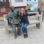 julia-mit-einer-statue