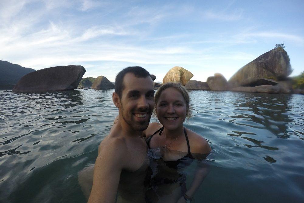 natuerlicher-pool-umgeben-von-steinen
